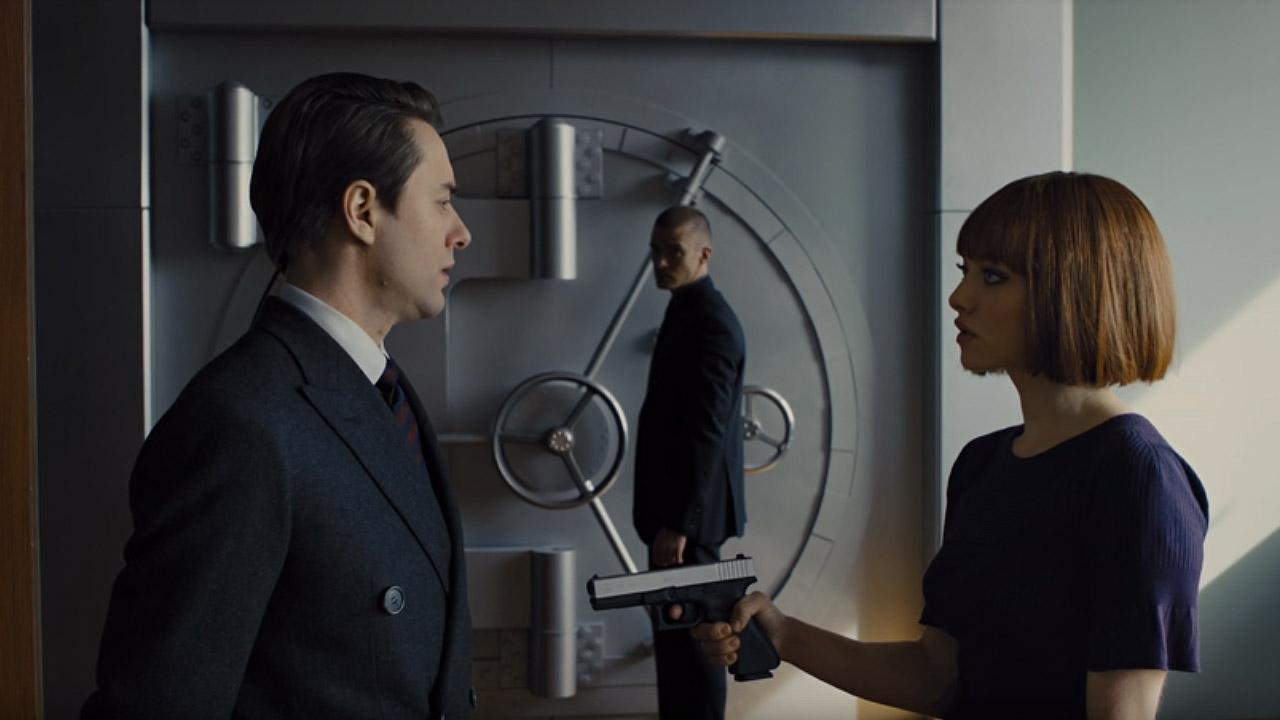 """Кадр из к/ф """"Время"""". Уилл и Сильвия в офисе отца Сильвии вскрывают хранилище с капсулой времени на миллион лет."""