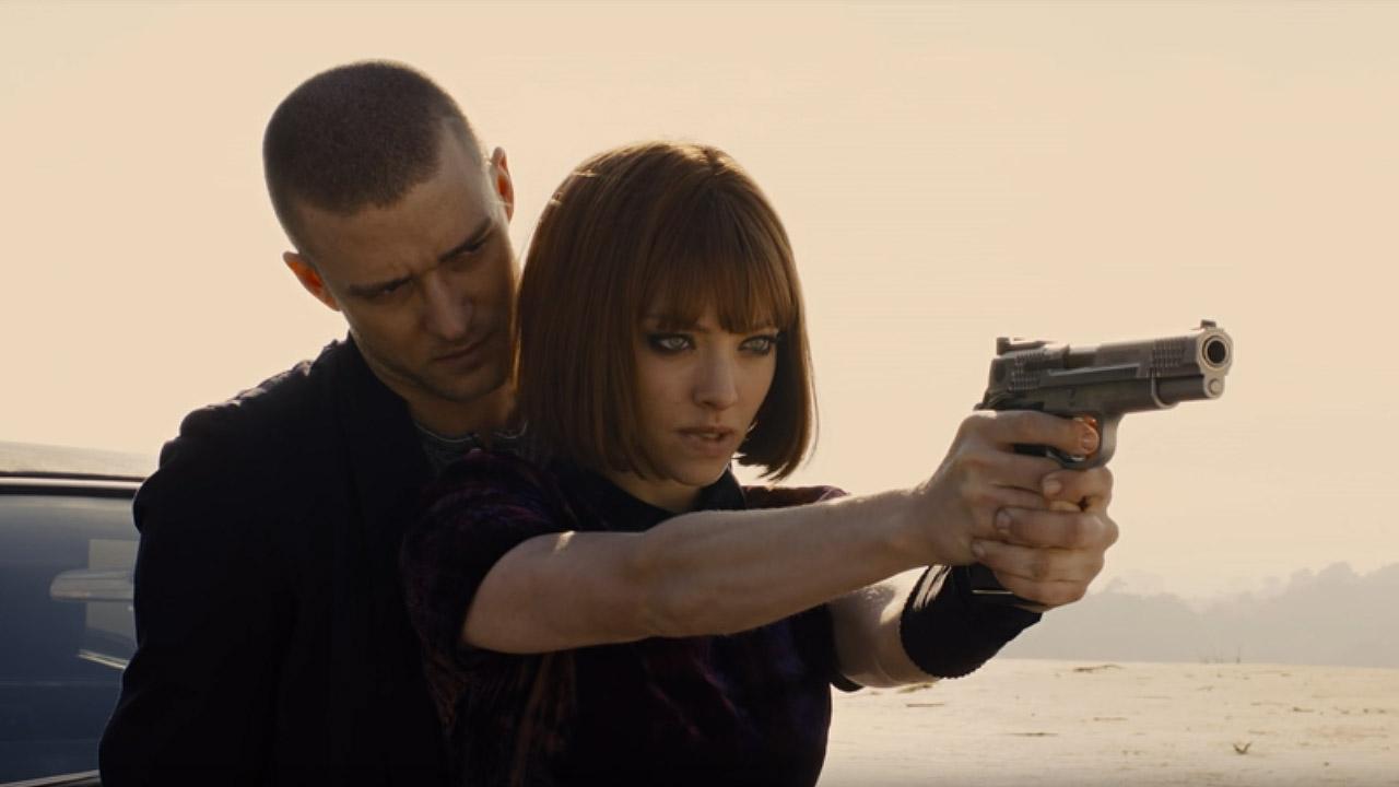 """Кадр из к/ф """"Время"""". Уилл учит Сильвию стрелять из пистолета."""