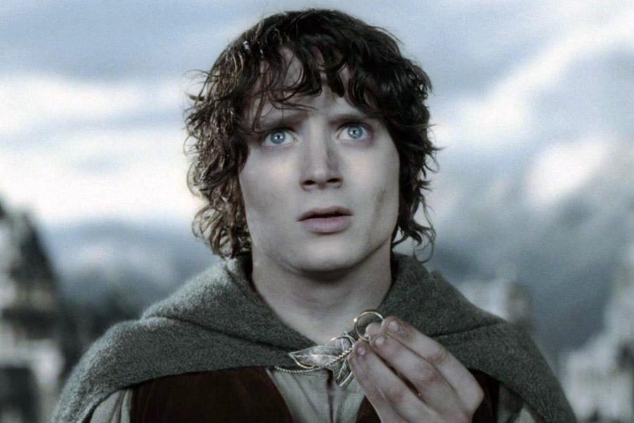 Фродо Бэггинс с кольцом смотрит недоуменным вопрошающим взглядом.