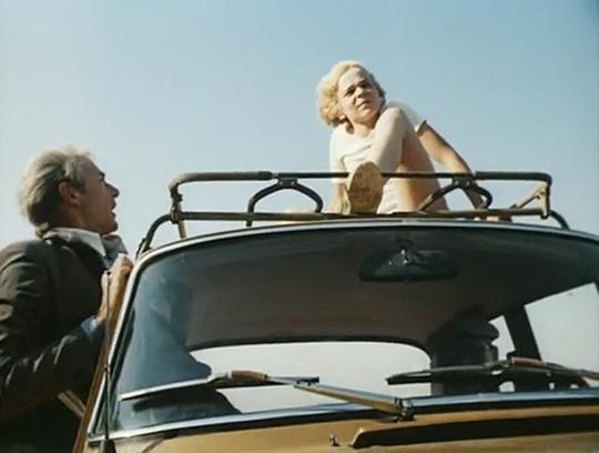 Кадр из фильма Приключения Электроника, где Электроник едет на крыше машины