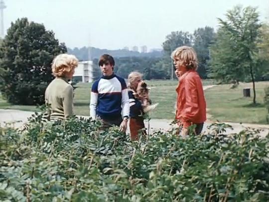 Кадр из фильма Приключения Электроника, где Электроник заступается за девочку в парке