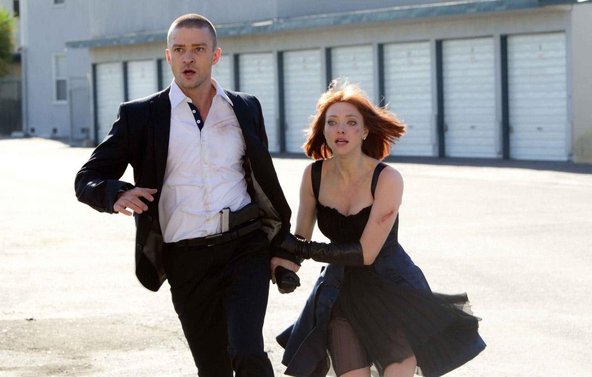 """Кадр из к/ф """"Время"""". Уилл и Сильвия бегут по промзоне временного гетто."""