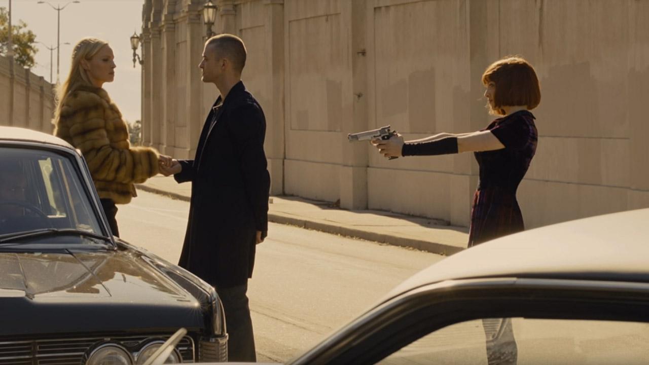 """Кадр из к/ф """"Время"""". Уилл и Сильвия останавливают машину с богатой пассажиркой и отнимают и ее серьги, и машину."""